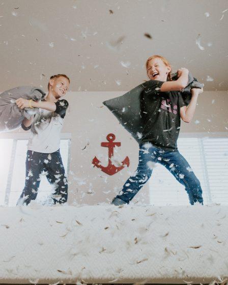 enfants jouant à une bataille de polochons