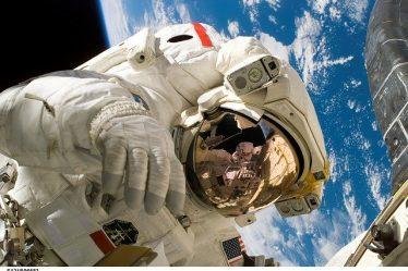astronaute devant la terre