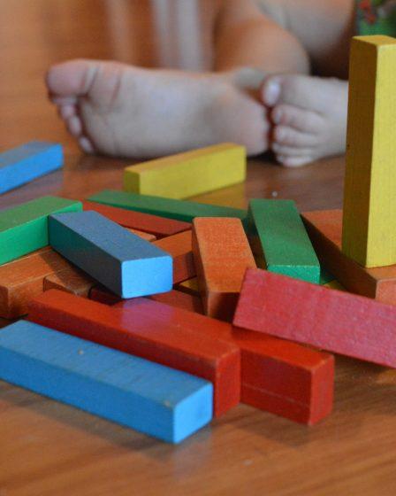 pieds de bébé avec des cubes de construction