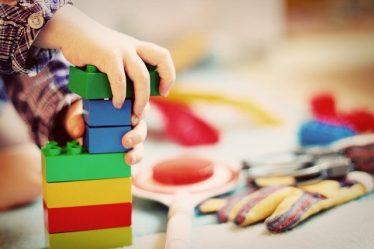 enfant joue au bloc