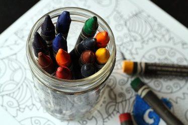 crayola dans un bocal de verre