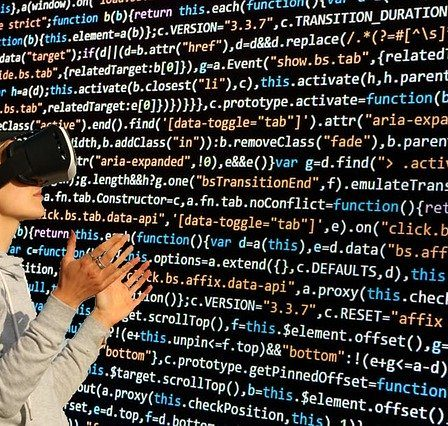 code informatique et lunettes virtuelles