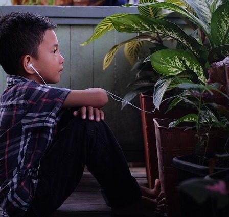 enfant ecoute dans casque