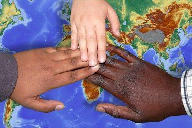mains d'enfants du monde