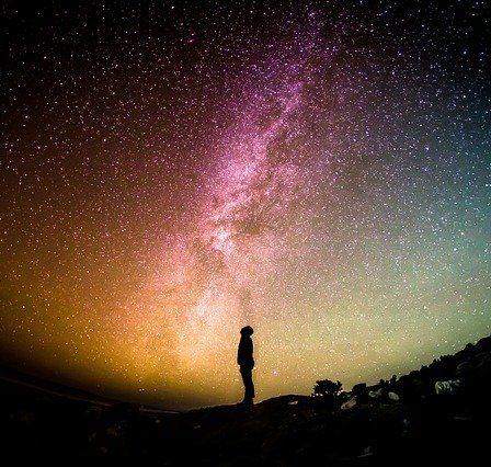 ombre d'une personne qui regarde le ciel étoilé