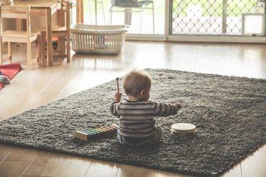 bébé joue de la musique