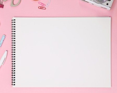 cahier a dessinn et crayons
