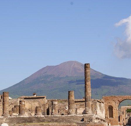 ruines de pompéi devant le vésuve