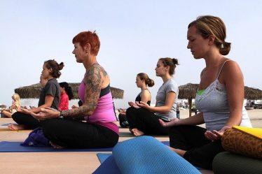 femmes faisant du yoga