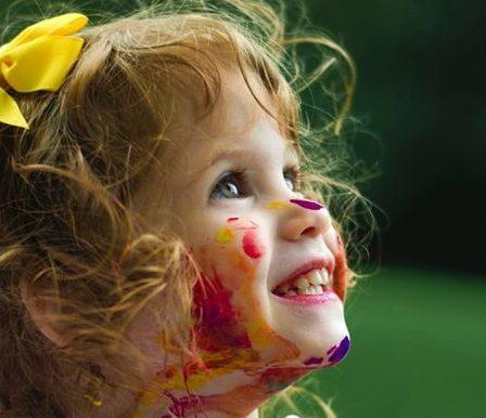 petite fille couverte de peinture