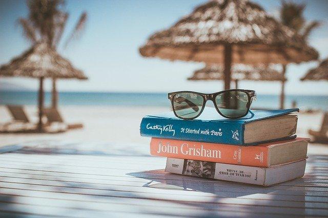 livres posés sur une table sur la plage