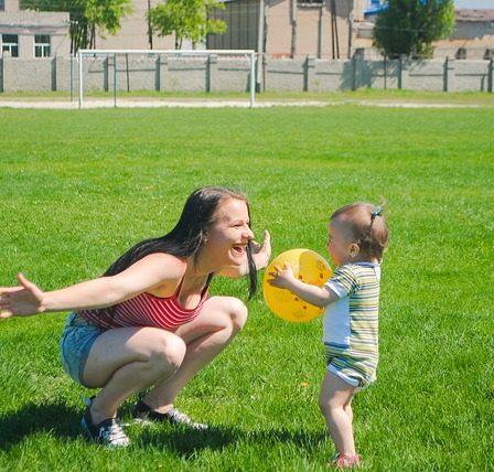 enfant et maman qui jouent