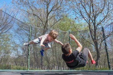 enfants dans trampoline