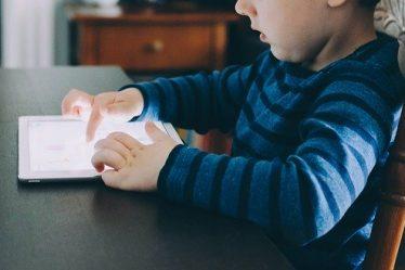 enfant sur tablette
