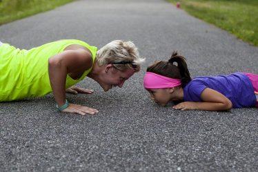 maman et fille faisant des pompes